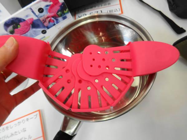 フェリシモの『おうちの鍋に装着! ざるのいらない水きりクリップ』