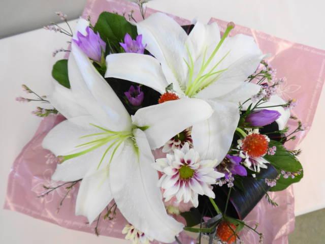 日比谷花壇の、お供え用のアレンジメント「O・SO・NA・E flower」